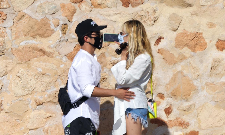 Danna Paola y el artista Álex Hoyer, sus imágenes más románticas en Ibiza