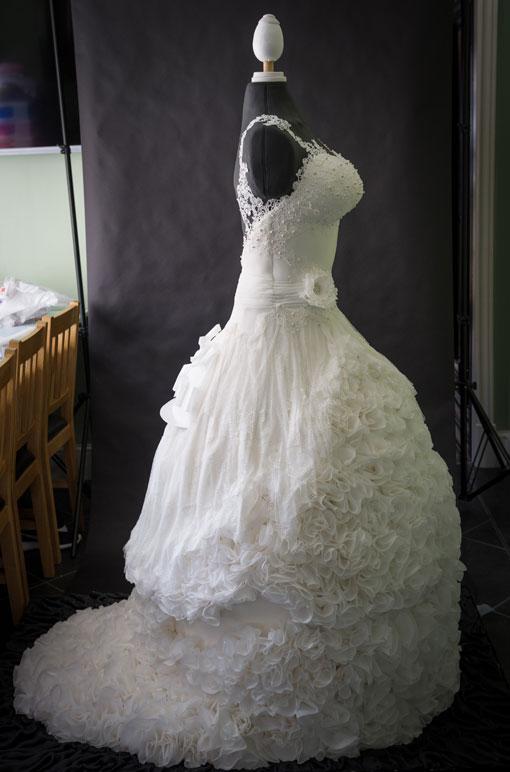 Hombre suena con mujer vestida de novia