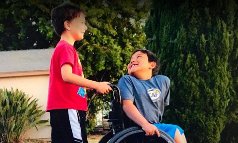 Los mejores amigos: él juntó millones para comprarle una silla de ruedas