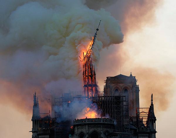 Notre Dame se consume en llamas