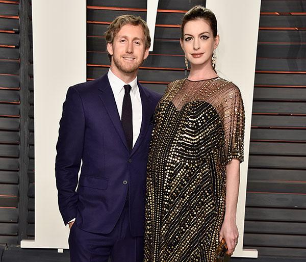 ¡Es Niño! Anne Hathaway Y Adam Shulman Reciben A Jonathan