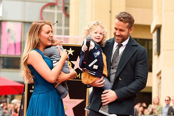 Blake Lively y Ryan Reynolds con sus dos hijos