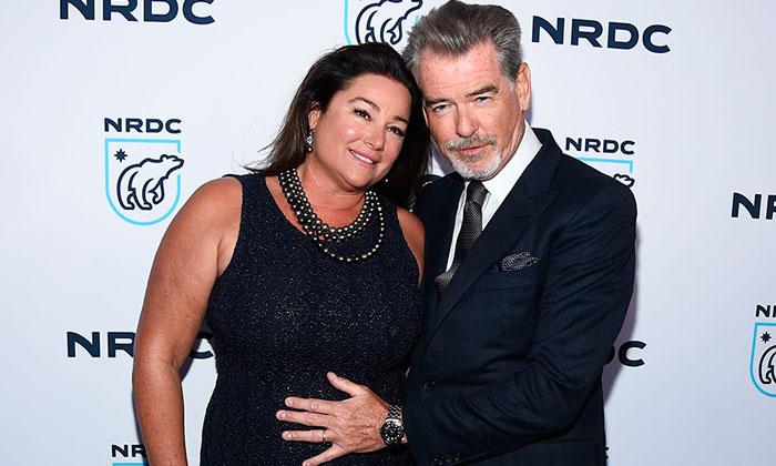 Como novios, Pierce Brosnan y su esposa tan enamorados sobre la alfombra