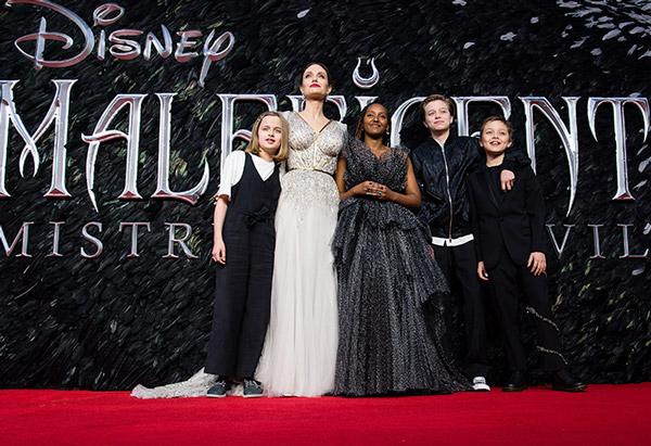 Angelina Jolie Con Sus Hijos En La Alfombra Roja De