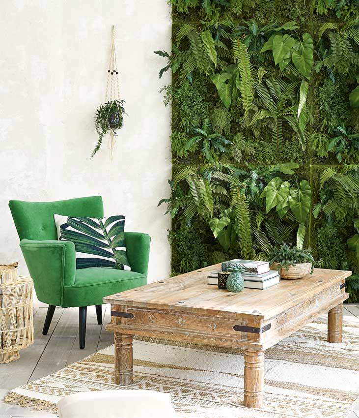 Salón con jardín vertical en una pared
