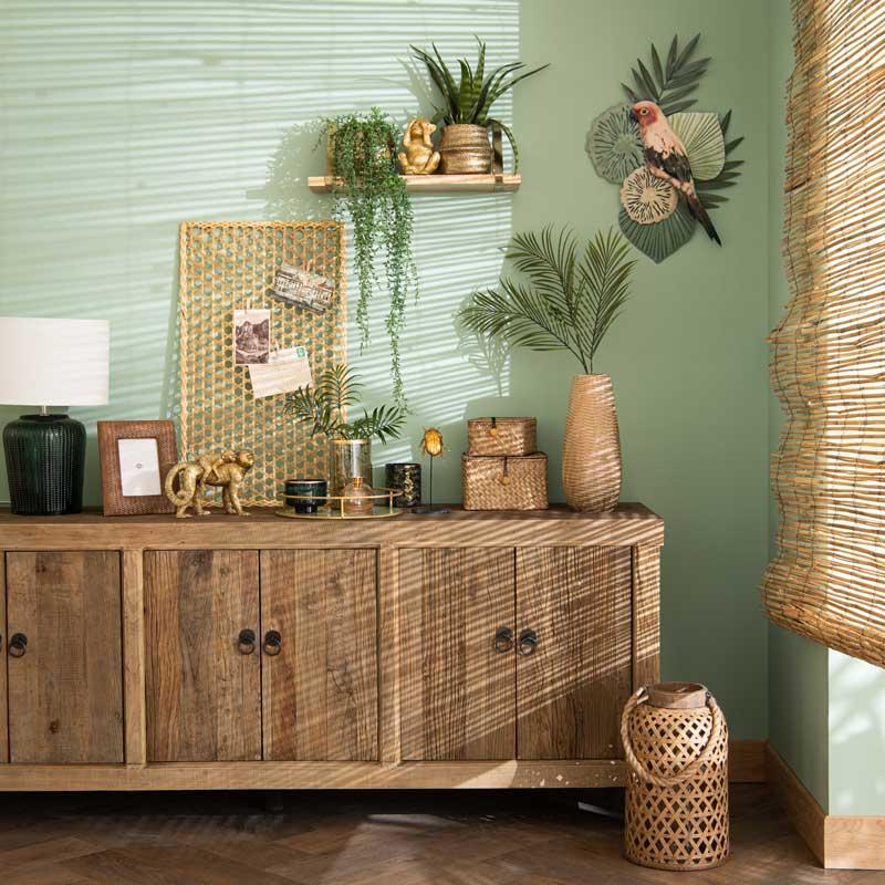 Aparador de madera con pared verde y plantas