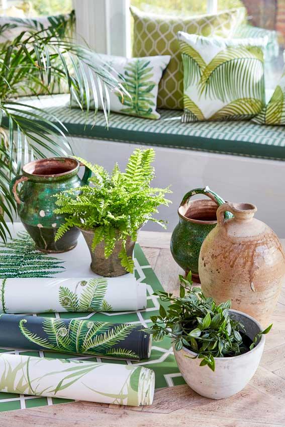 Bodegón en detalle de plantas y papeles pintados