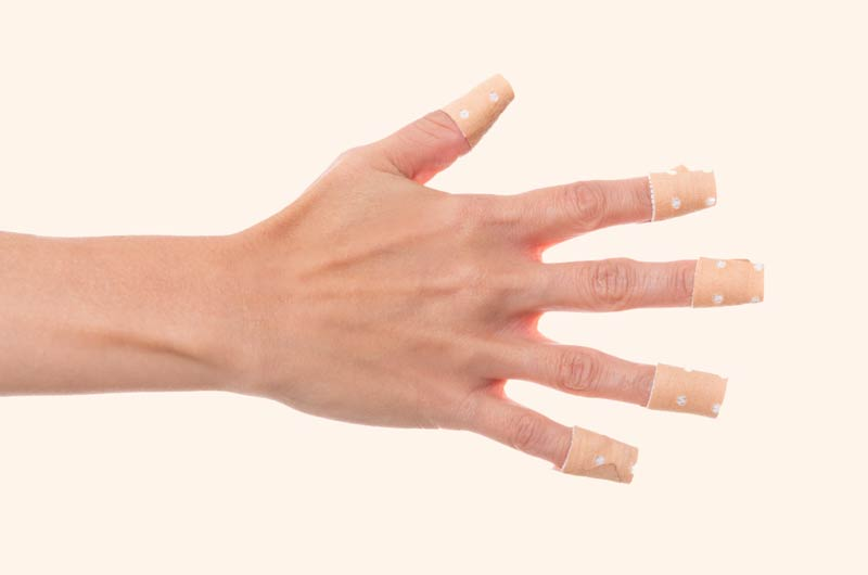 manos-con-tiritas