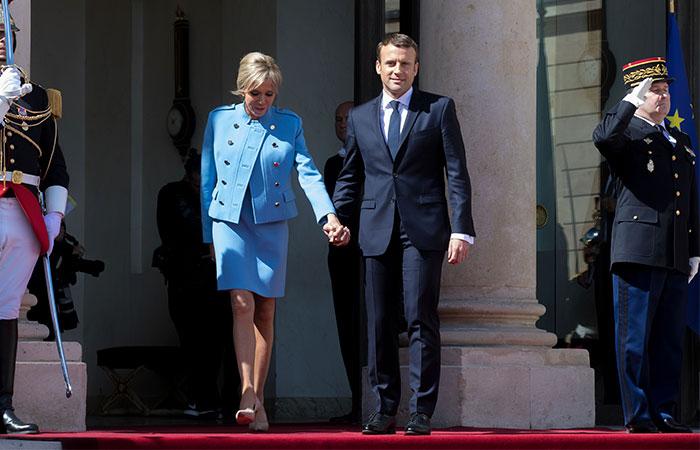 La romántica llegada de Emmanuel Macron a la presidencia de Francia de la mano de su esposa, Brigitte