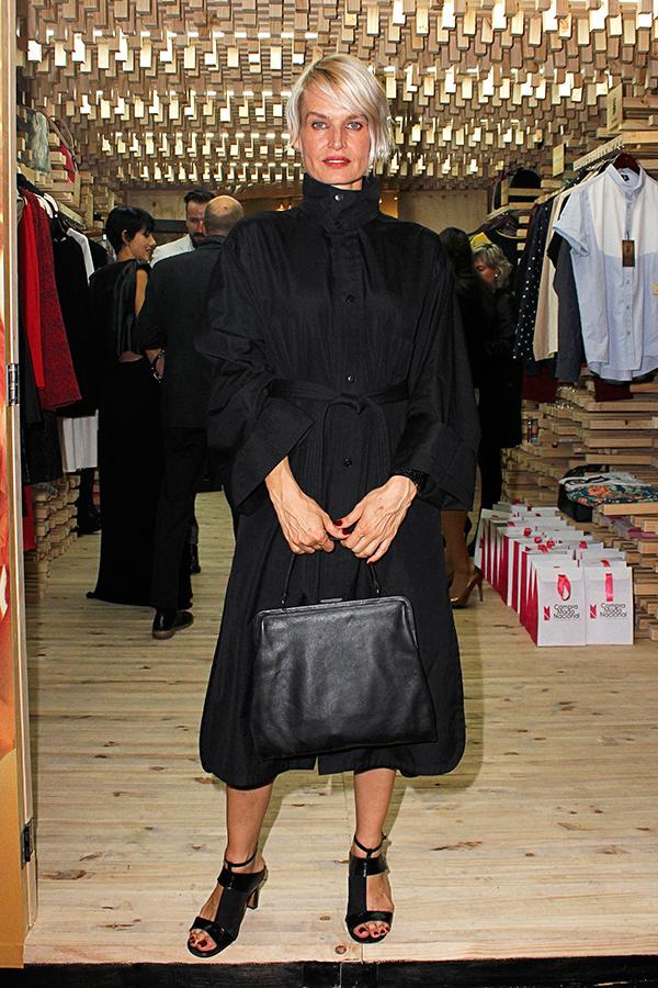 Falda negra en tienda de ropa 1 - 1 part 3