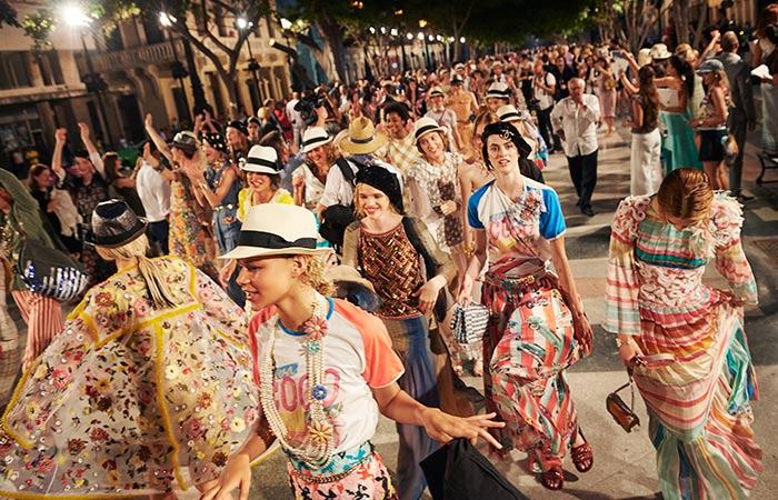 'Con olor a tabaco a Chanel': el histórico desfile en Cuba