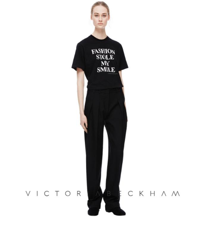 ¿Por qué nunca sonríe Victoria Beckham? Ella lo revela a través de una camiseta