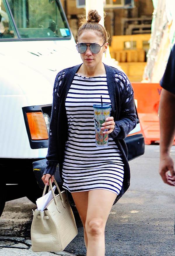 df0e71f493 Jennifer Lopez y su look sporty de más de 1 millón de pesos que está ...