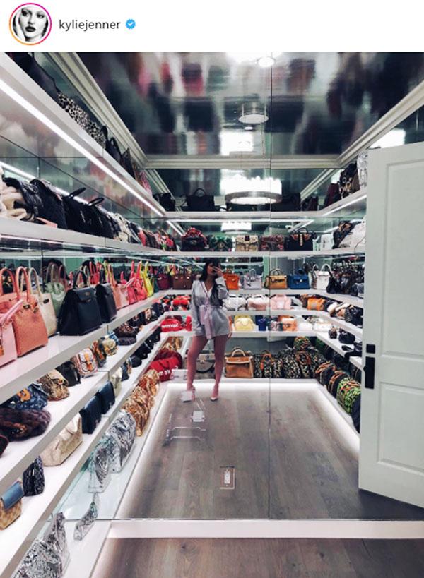 0838f79de Kylie Jenner y su impactante clóset de bolsas de más de 4 millones ...
