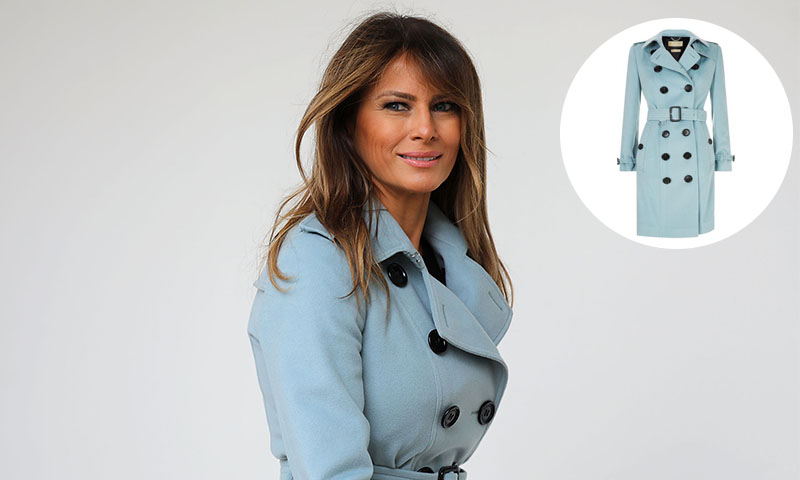 Melania Trump en un trench coat de Burberry