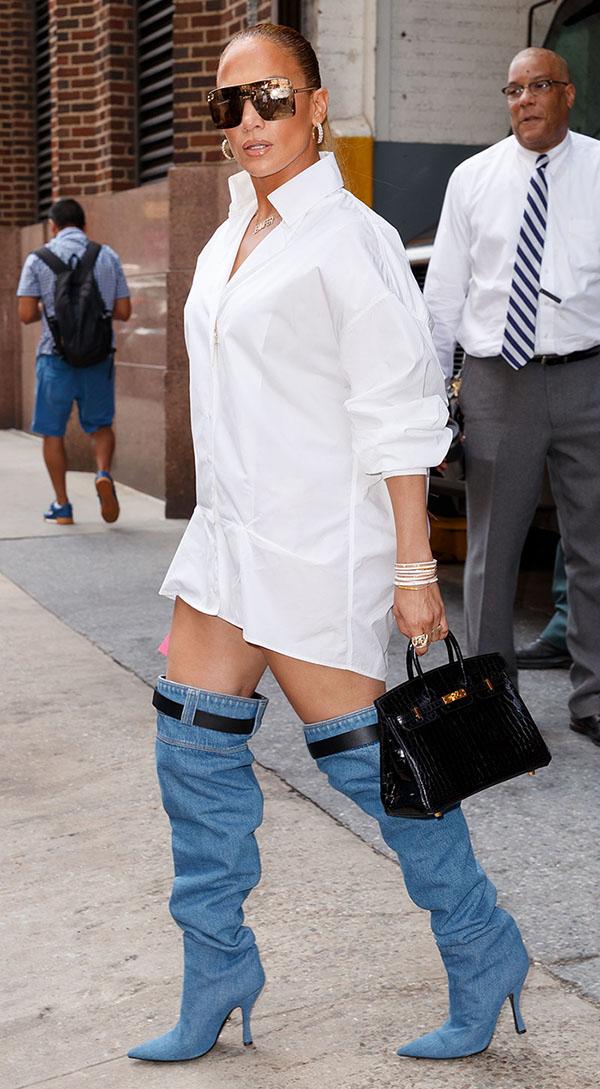 d1079388e6 Las sexy botas de mezclilla de 50 mil pesos con las que Jennifer ...