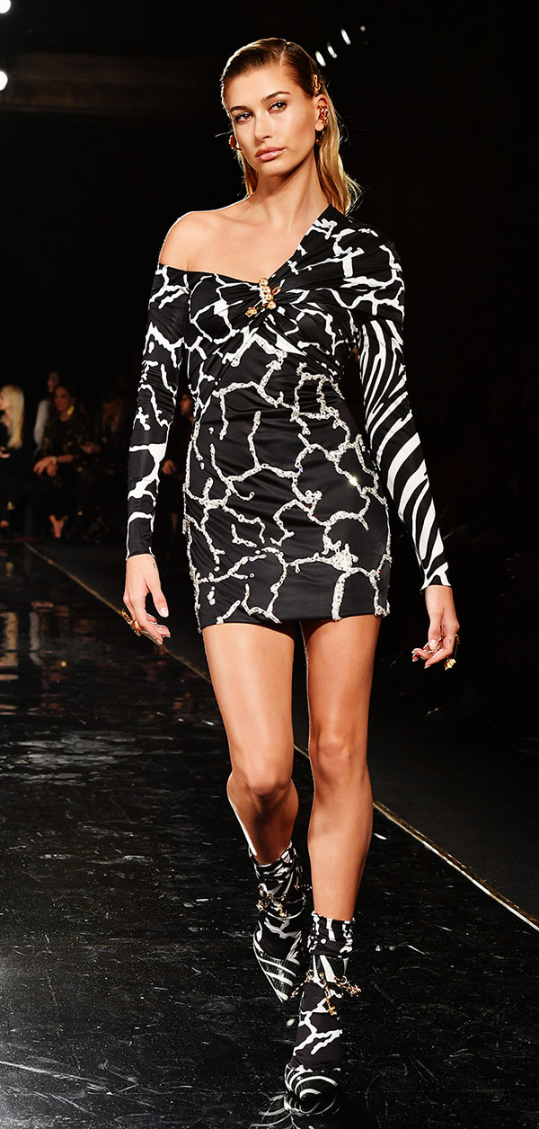 hailey-baldwin-versace