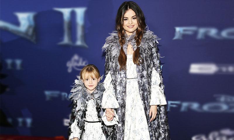 Selena Gomez se convierte en Anna durante premier de 'Frozen 2'