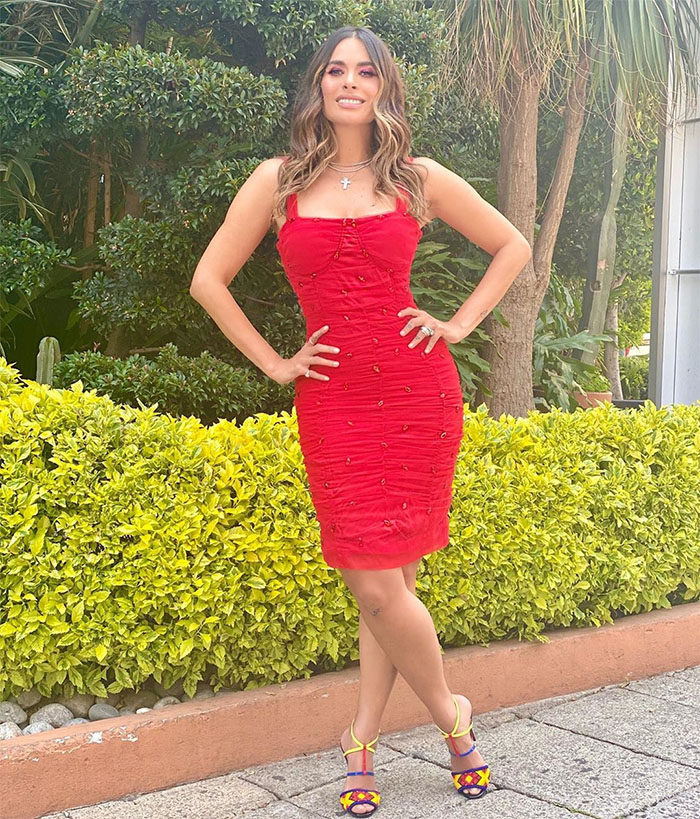 Galilea en un look rojo