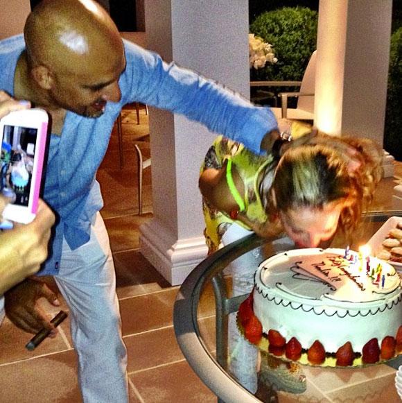 Mordida, mordida!', así comenzó el 'dulce' festejo de cumpleaños de Thalía