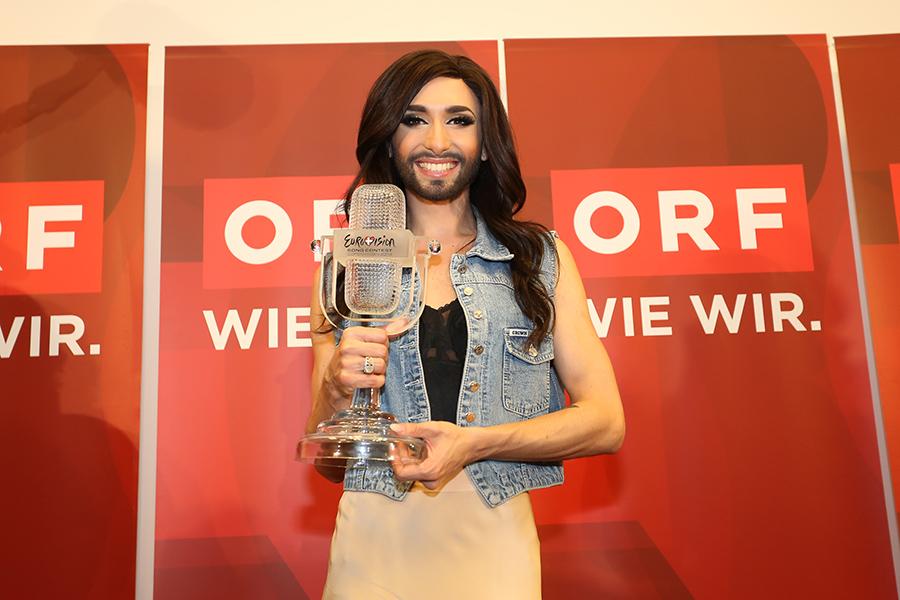 Cantante austriaco vestido de mujer con barba