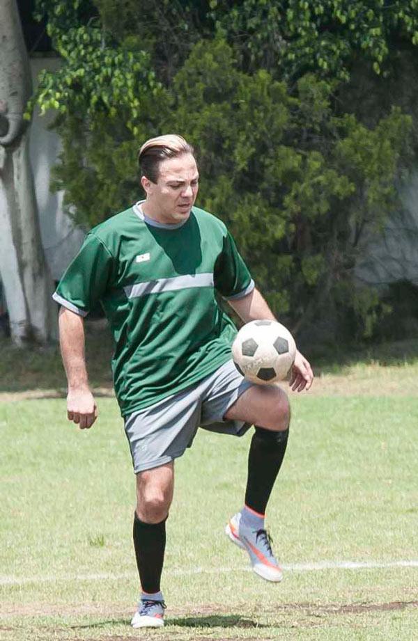 Cristian Castro, pasión futbolera en una divertida jornada de trabajo