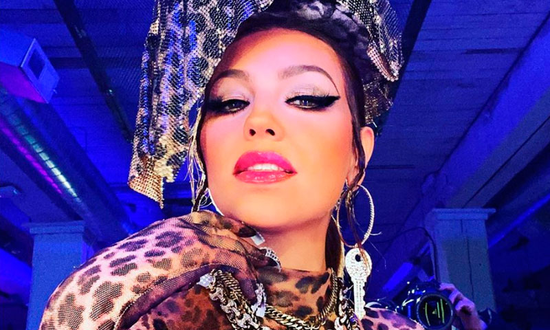 Thalía impacta con su original look en 'animal print'