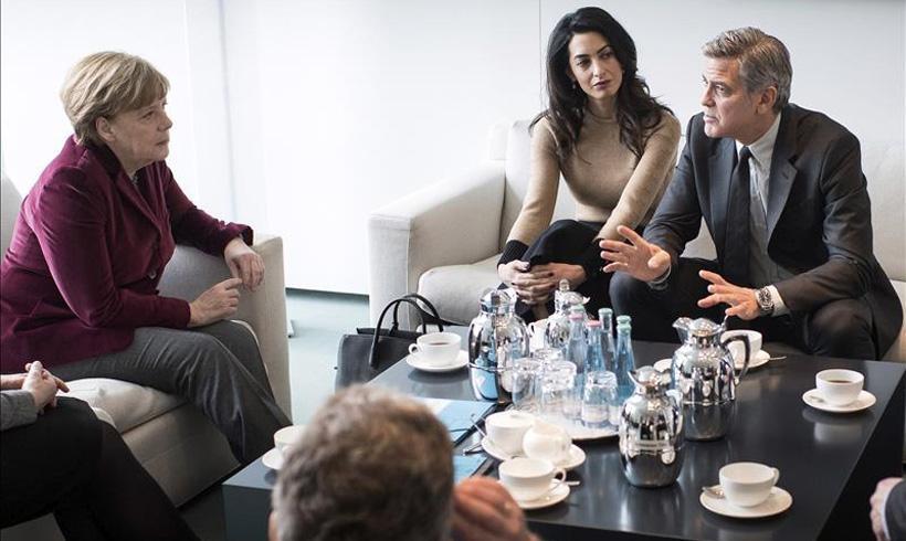 ¿Qué hacen George y Amal Clooney con Angela Merkel?