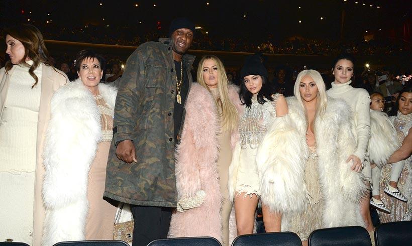 Una (rubísima) Kim Kardashian y todo su clan apoyan a Kanye West en su desfile