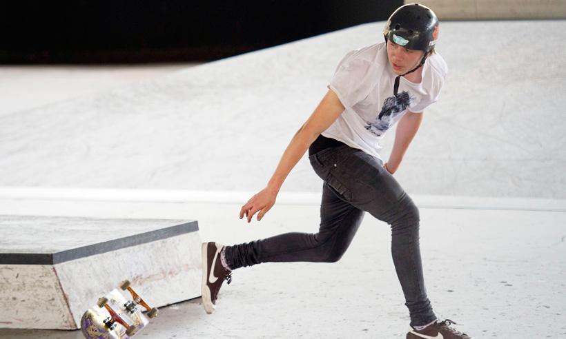Brooklyn Beckham también tiene talento para la patineta