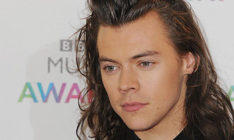 Harry Styles firma su primer contrato como solista