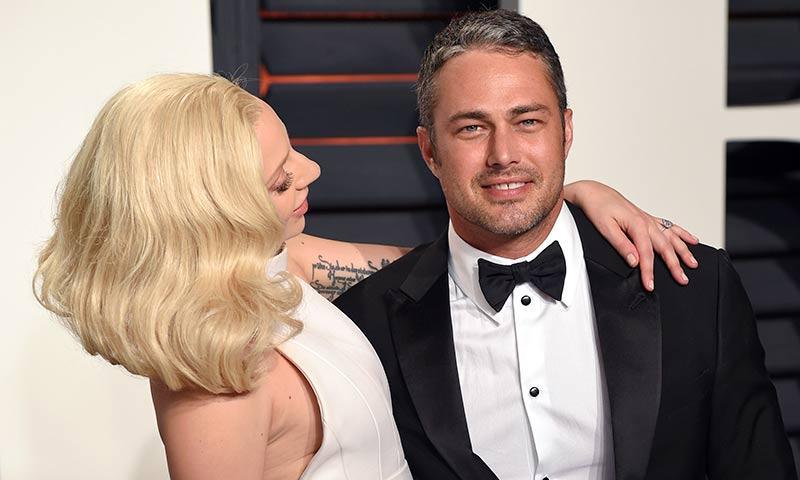 Taylor Kinney ha reaparecido sonriente tras finalizar su compromiso con Lady Gaga