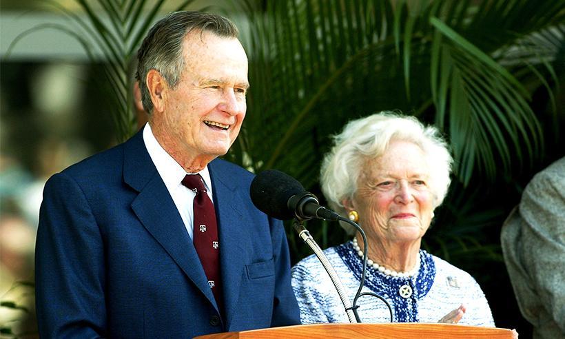 El ex presidente George H.W Bush es hospitalizado junto a su esposa Barbara en Houston
