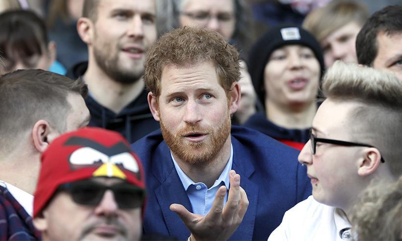 El Príncipe Harry sorprende a aficionados al asistir a un entrenamiento de rugby
