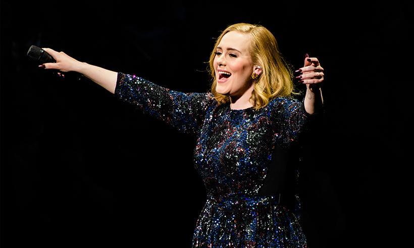 Adele suspende el uso de pirotecnia en sus conciertos debido a un pequeño accidente de su hijo