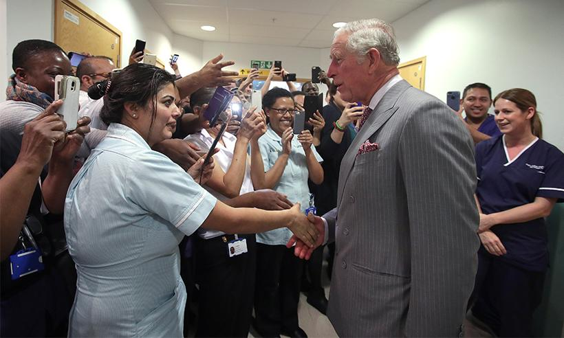 El Príncipe Carlos visita a los heridos de los ataques en Westminster