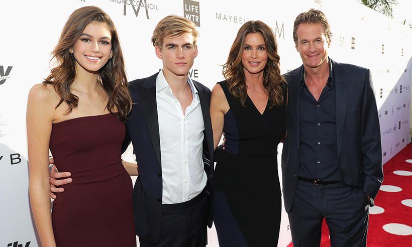 Cindy Crawford asiste a los Fashion LA Awards en compañía de sus hijos Kaia y Presley