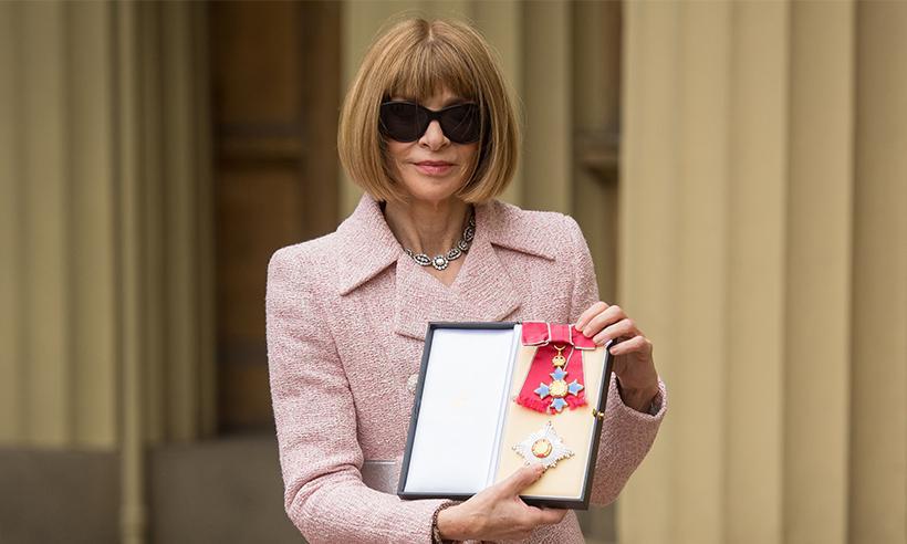 Anna Wintour recibe el título de 'Dama' de manos de la Reina Isabel II