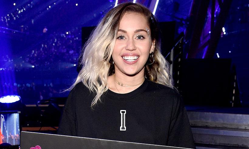 Miley Cyrus vuelve a utilizar su anillo de compromiso en el video de su nueva canción Malibu