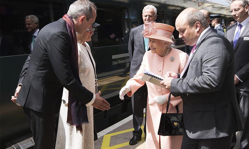 La Reina Isabel recrea el primer viaje en tren realizado por la Reina Victoria hace 175 años