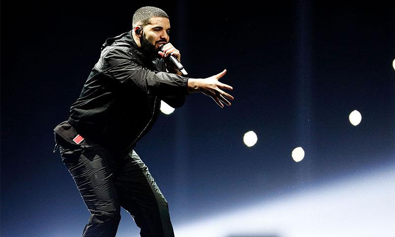 Drake sale a la defensa de una fan en pleno concierto