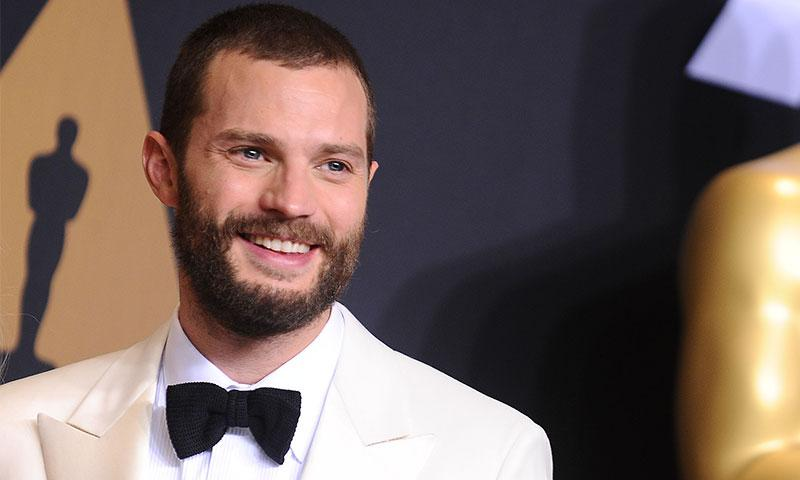 Jamie Dornan revela su sensacional voz mientras canta ' Maybe I'm Amazed' de Paul McCartney en la presentacion de Fifty Shades Freed