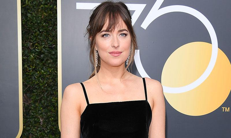 Dakota Johnson asegura que no estaba mirando a Angelina Jolie durante el discurso de Jennifer Aniston en los Golden Globes