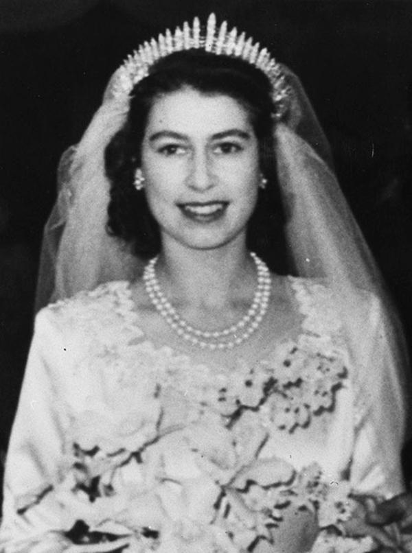 el vestido de novia de isabel ii de inglaterra: la historia de los