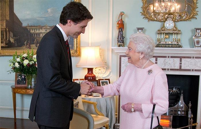La sonrisa de la reina isabel al reencontrarse con el for Ministro de interior actual