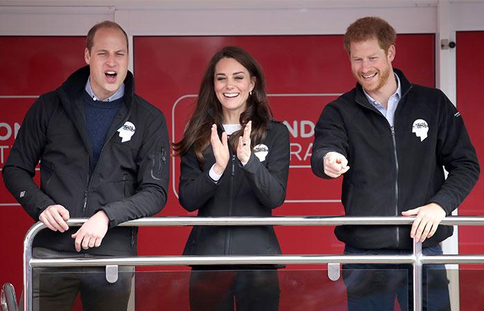 Selfies, bromas y hasta una mojada: William, Kate y Harry más cercanos que nunca en el maratón de Londres