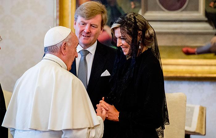 El culpable de que Máxima dejara sus vistosas pamelas en Italia, no fue otro que el Papa Francisco