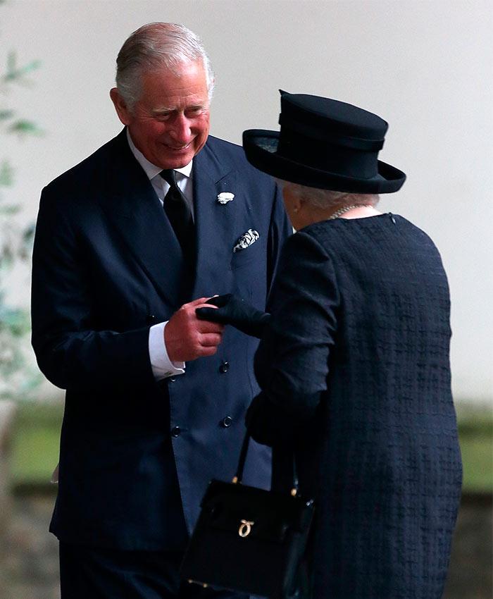 El cariñoso saludo del Príncipe Carlos a la Reina Isabel