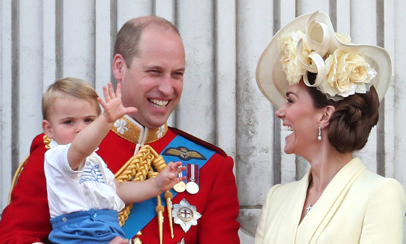 La simpática reacción de William y Kate al cachar al Príncipe Louis chupándose el dedo en el Trooping the Colour
