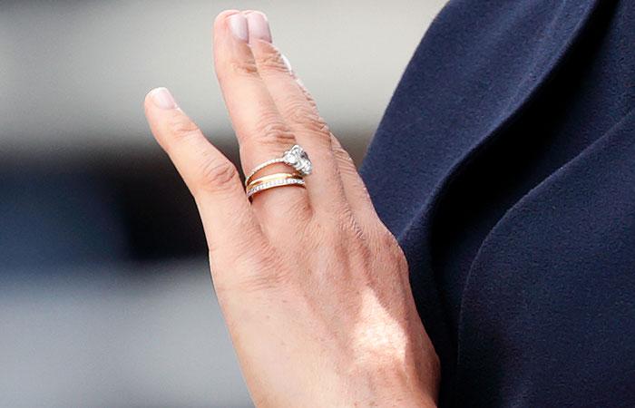 Resultado de imagen para anillo de piedras engarzado en el dedo